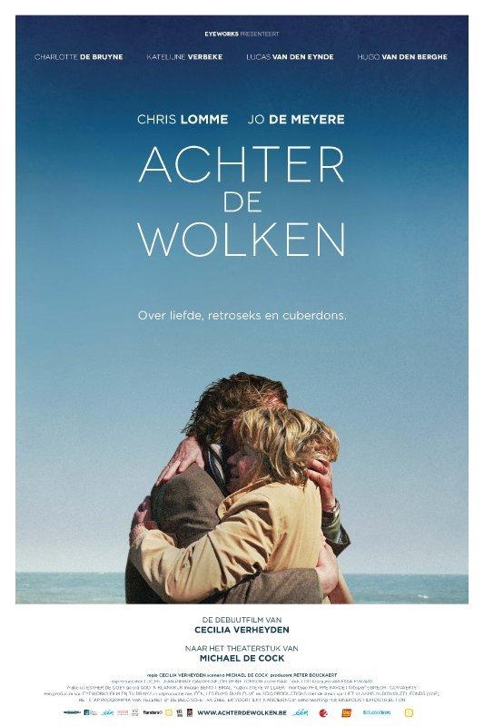 Achter de Wolken. Over liefde, retroseks en cuberdons. Een man en een vrouw omhelzen elkaar innig. OP de achtergrond de zee en blauwe onbewolkte lucht.