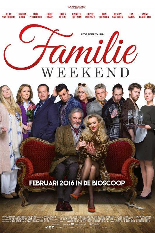 Familieweekend. Februari 2916 in de bioscoop. Een oudere man met een baard en een jonge vrouw met blond krullend haar zitten innig naast elkaar op een rode bank. Achter hen staan 9 mannen en vrouwen.