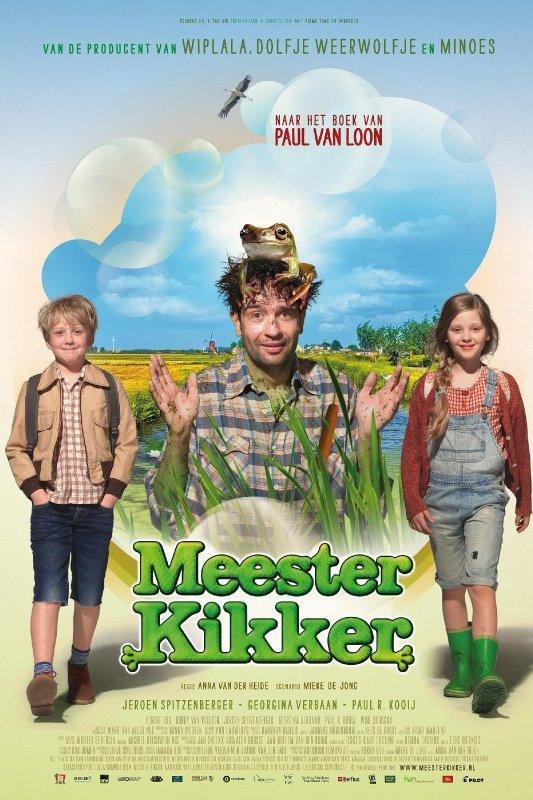 Meester Kikker. Naar een boek van Paul van Loon. Een man staat tussen het riet met een kikker op zijn hoofd.