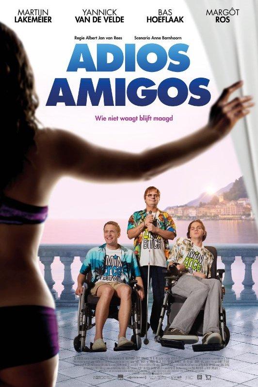 Adios Amigos. Wie niet waagt blijft maagd. Drie jongens, twee in een rolstoel en 1 met een blindenstok kijken in de richting van een in lingerie geklede vrouw, die een wit gordijn open houdt.