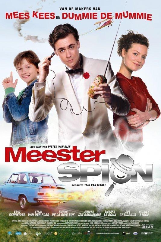 MeesterSpion. Een man in witte smoking houdt een spionagetelefoon vast. Achter hem een jongen die zijn handen als een pistool omhoog houdt. Aan de andere zijde staat een vrouw in een rode jurk met haar armen over elkaar. Onder hen een blauwe auto met vlammen uit de uitlaat.