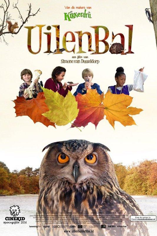 Uilenbal. Cinekid openingsfilm 2016. Een grote uil kijkt omhoog. Boven de uil dwarrelen blaadjes met daar weer boven vier kinderen.