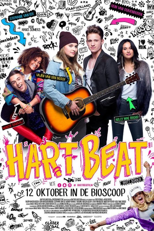 Hart Beat. Een meisje houdt een gitaar vast. Naast haar staat een knappe jongen. Achter hen staan nog twee meiden en een jongen.