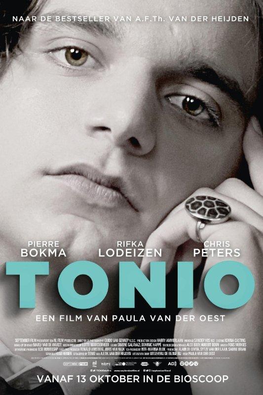 Tonio. Een jonge man kijkt recht voor zich uit met zijn hand onder z'n hoofd.