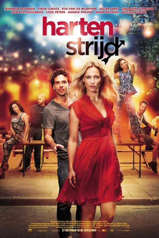 Hartenstrijd. Een blonde vrouw in een rode jurk kijkt zelfverzekerd voor zicht uit. Achter haar staat een man met donkere krullen. Hij steekt z'n hand naar haar uit.