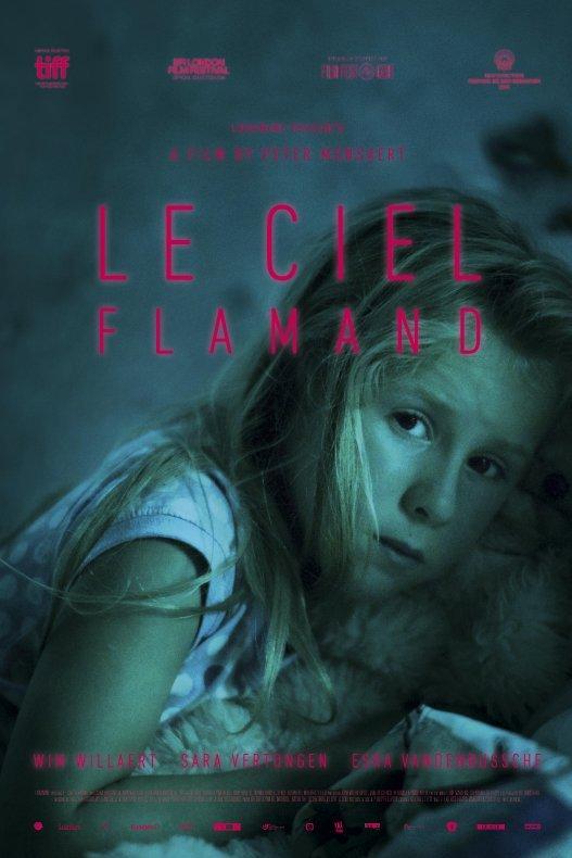Le Ciel Flamand. Een jong blond meisje met een knuffel kijkt angstig voor zich uit.