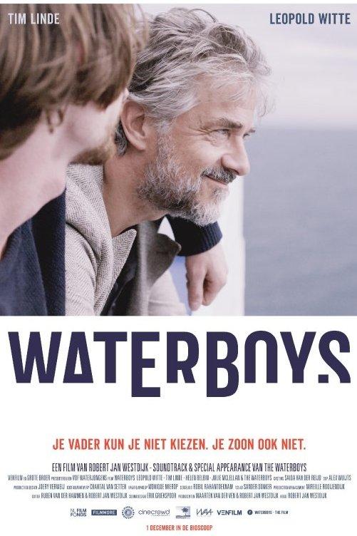 Waterboys. Je vader kun je niet kiezen. Je zoon ook niet. Een man met grijs haar en een baard kijkt voor zich uit. Naast hem zit een jongen die zijn arm om hem heen heeft geslagen.