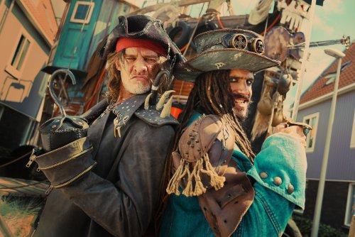 Twee piraten trekken een stoere blik en laten hun wapens zien.