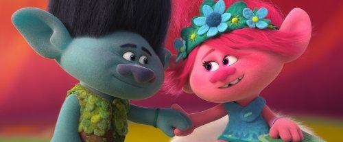 Knoest en Poppy houden liefdevol elkaars hand vast.