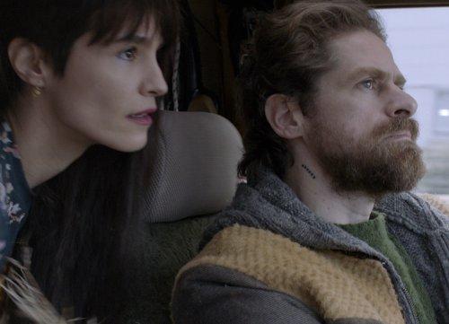 Een jonge vrouw en man kijken geconcentreerd in een auto.