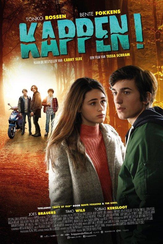 Kappen! Een jongen en een meisje staan bij elkaar in een bos. Achterin staan drie jongens bij een scooter.