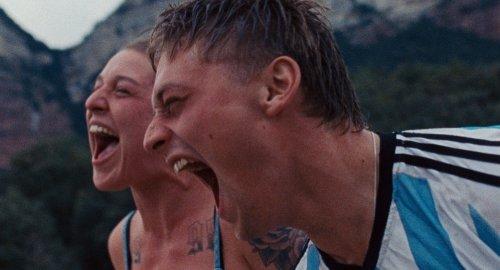 Een jongen en meisje schreeuwen lachend met hun mond wijd open.