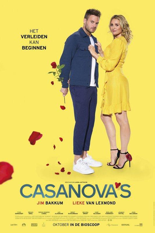 Casanova's. Het verleiden kan beginnen. Een blonde vrouw in een geel jurkje houdt een blonde man vast die een roos in zijn hand heeft.