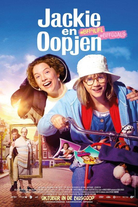 Jackie en Oopjen. De volwassen vrouw Oopjen draagt zeventiende-eeuwse kleding en zit achterop de fiets bij de 12-jarige Jackie.
