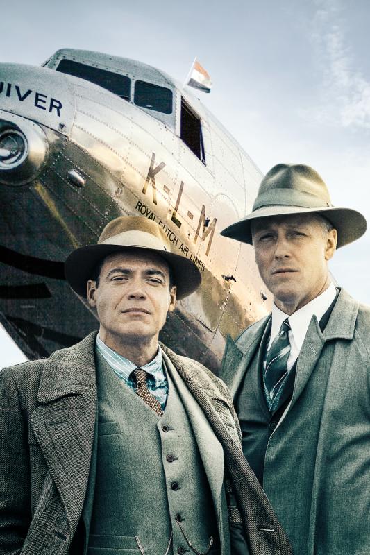 Anthony Fokker en Albert Plesman staan voor een oud KLM-vliegtuig.