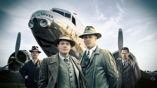 Albert Plesman en Anthony Fokker staan in twee fases van hun leven voor een KLM-vliegtuig.