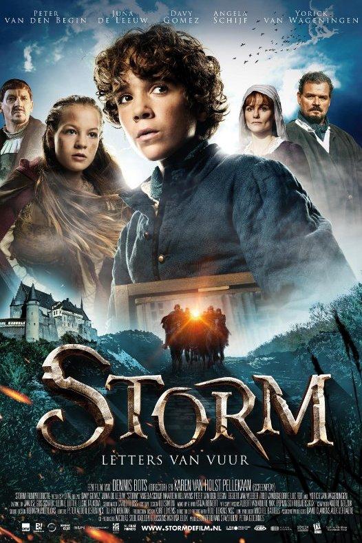 Storm. Letters van vuur. Een jongen met krullend haar kijkt gespannen opzij. Daaronder een middeleeuws kasteel en ridders op paarden.