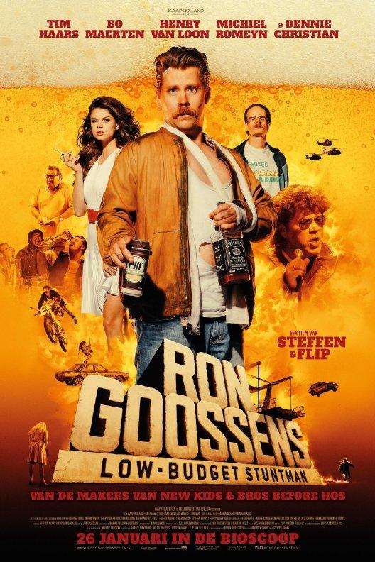 Ron Goossens, Low-Budget Stuntman. Op een achtergrond van bier staat een man in leren jasje. Hij houdt een blikje bier een een fles whiskey vast. Achter hem een knappe brunette, een stuntman op een crossmotor en Danny Christiaan.
