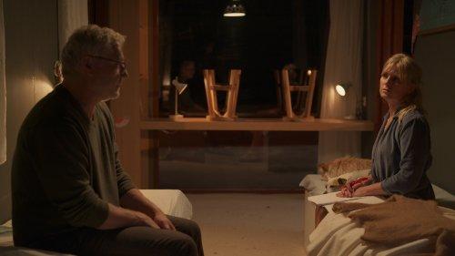 Een man en een vrouw zitten schuin tegenover elkaar, elk op een eenpersoonsbed. Ze kijken bedenkelijk.