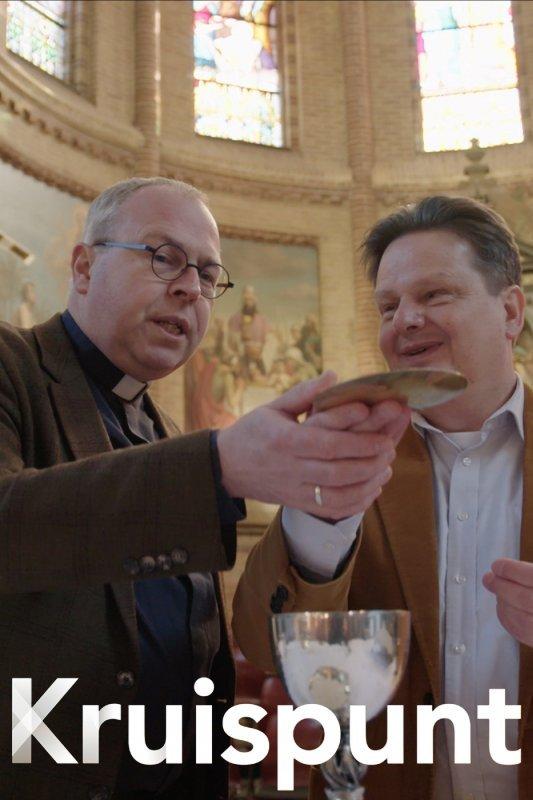 Kruispunt, aflevering 31, Blindelings vertrouwen. De blinde Bert Glorie oefent met priester Nico Knol in de kerk voor zijn inwijding.