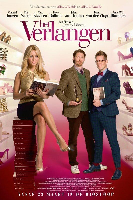Het Verlangen. Een knappe blonde vrouw zit op een stapel boeken in een schoenenwinkel. Naast haar staan twee mannen in pak.