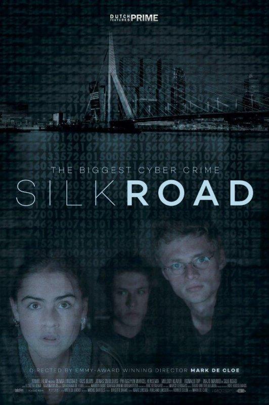 Silk Road. The Biggest Cyber Crime. Twee jonge mannen en een jonge vrouw kijken gespannen voor zich uit. Daarboven de Erasmusbrug in Rotterdam.
