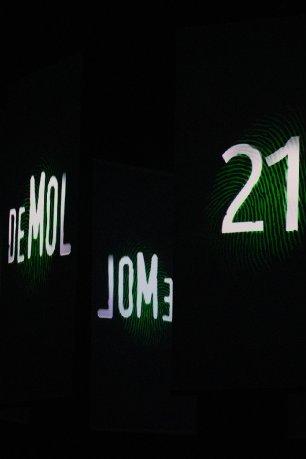 Het logo van Wie is de Mol? en het getal 21 op zwarte schermen.