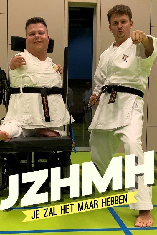 Je zal het maar hebben. Jurre Geluk en een jongen in een rolstoel poseren stoer in judopak in een gymzaal.