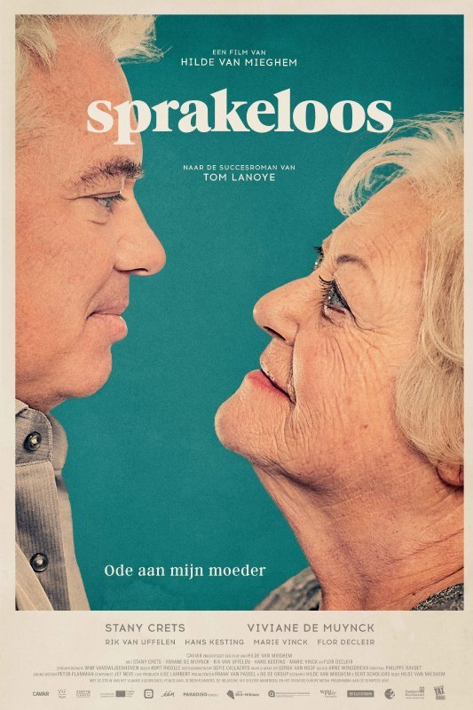 Sprakeloos. Ode aan mijn moeder. Een man en vrouw op leeftijd kijken elkaar intens aan.