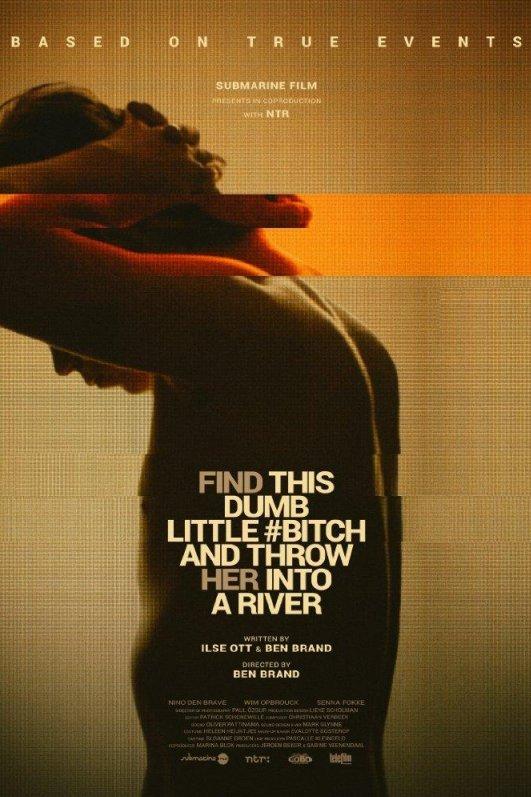 Vind die domme trut en gooi haar in de rivier. Een jongen met ontbloot bovenlijf staat met zijn handen in zijn nek en kijkt naar beneden.