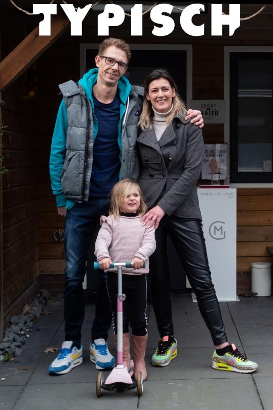 Typisch. Yolanda en Rick staan met hun dochtertje Jill onder een afdak in de tuin.