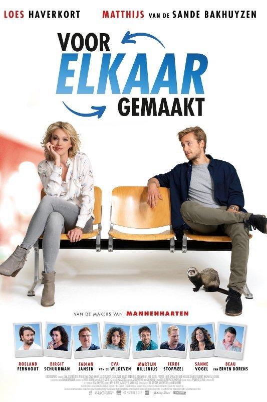 Voor elkaar gemaakt. Een jonge man en vrouw zitten op wachtbankje. De zitplaats tussen hen in is niet bezet. Op de grond zit een fret.
