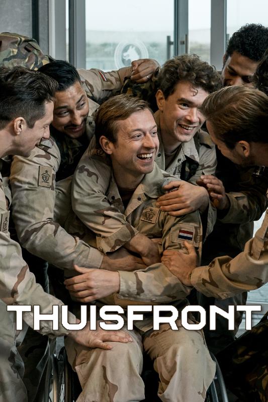 Thuisfront. Een groep militairen omhelst elkaar lachend. De militair in het midden zit in een rolstoel.