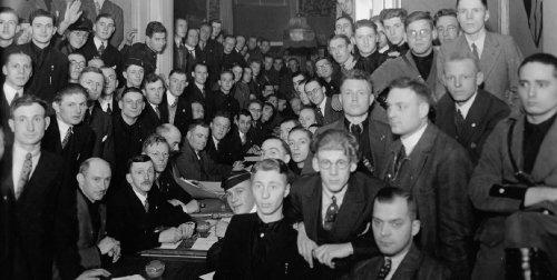 Een oude zwart-witfoto van een groep mannen.
