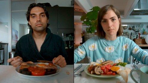 Lucky en Miles zitten ieder aan andere een keukentafel met voor zich een bord met een Engels ontbijt en kijken voor zich uit.