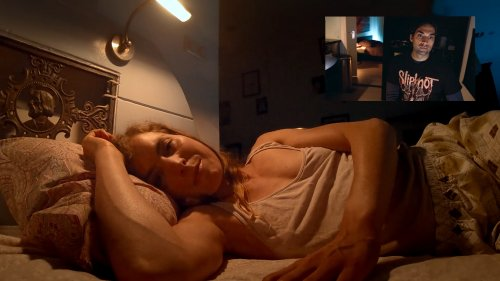 Lucky ligt 's avonds in bed te videobellen met Miles.