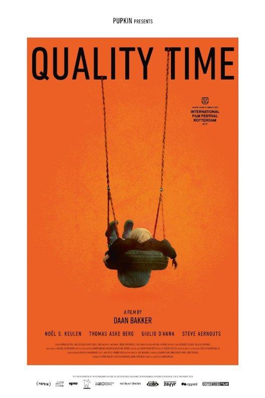 Quality Time. Een oranje achtergrond met in het midden een jongen die in een schommelband hangt.