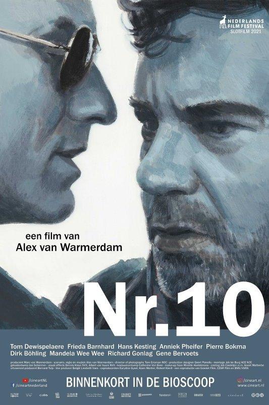 Nr. 10. Een film van Alex van Warmerdam. Een man met een zonnebril fluistert iets in het oor van een man met een baardje.