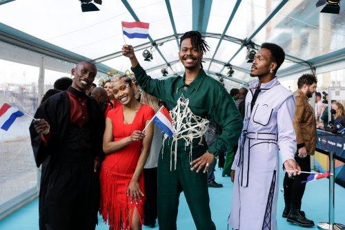 De Nederlandse delegatie van het Songfestival 2021 staat op de Turquoise Loper, met Jeangu Macrooy in het midden.