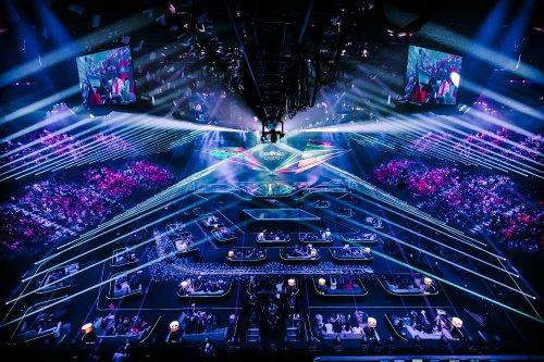 De zaal in Ahoy, met blauwe lichten en in het midden in de verte het podium.