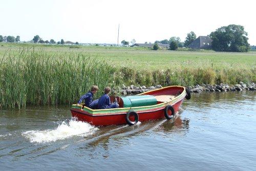 Sietse en Hielke varen in hun boot de Kameleon.