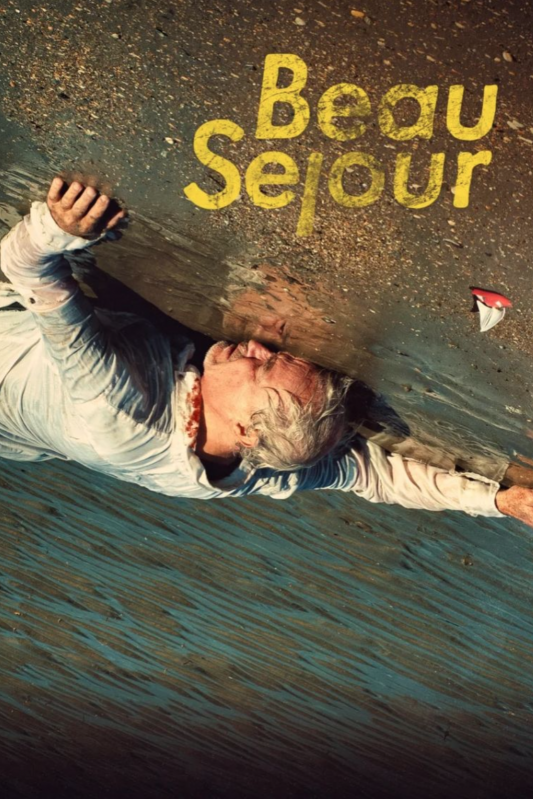 Beau Séjour, seizoen 2. Een man met grijs haar ligt half in het water, aangespoeld op het strand.