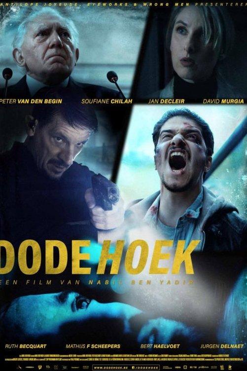 Dode Hoek. Een film van Nabil Ben Yadir. Een vierluik van verschillende personages uit de film. Een man houd een pistool gericht. Een andere man schreeuwt.