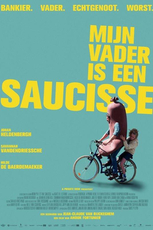 Mijn vader is een saucisse. Een meisje zit achterop de fiets bij een vader die verkleed is als worst. In het geel de woorden:  Bankier, vader, echtgenoot, worst.