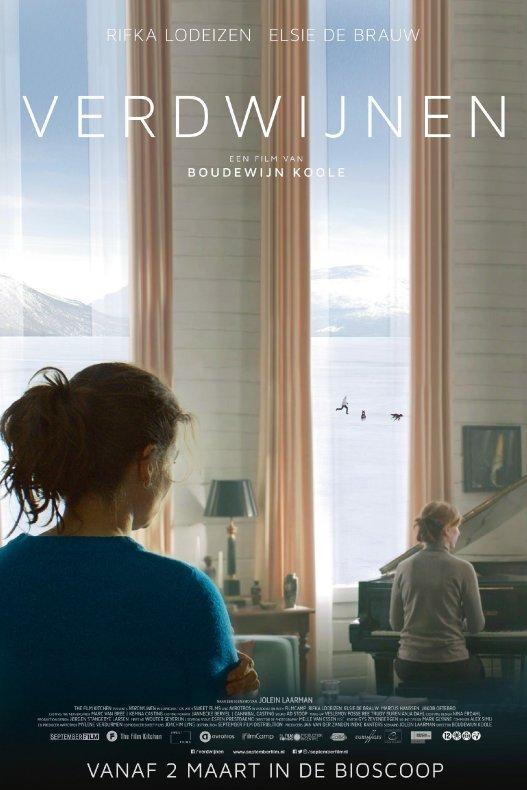 Verdwijnen. Een film van Boudewijn Koole. Een vrouw zit in een kamer met hoge ramen. Bij het raam zit een andere vrouw achter een vleugel. Buiten rent iemand met twee honden door de sneeuw.