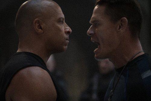 Twee mannen staan schreeuwend tegenover elkaar.